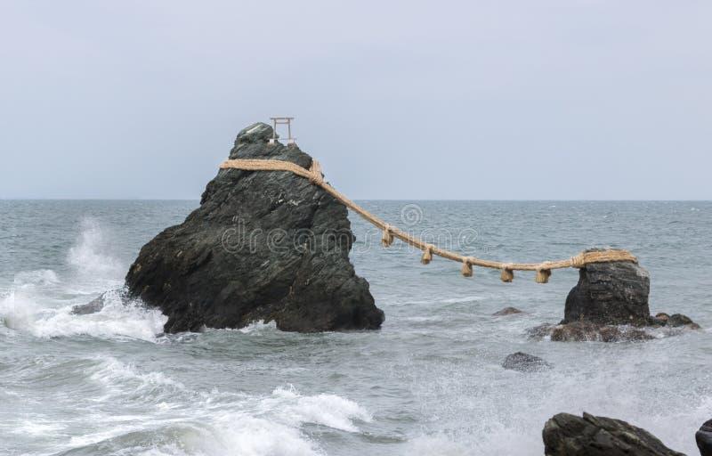 Пожененные утесы, Meoto Iwa, префектура Mie, ЯПОНИЯ стоковое фото