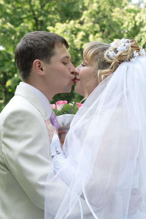 пожененный целовать пар как раз стоковое фото rf