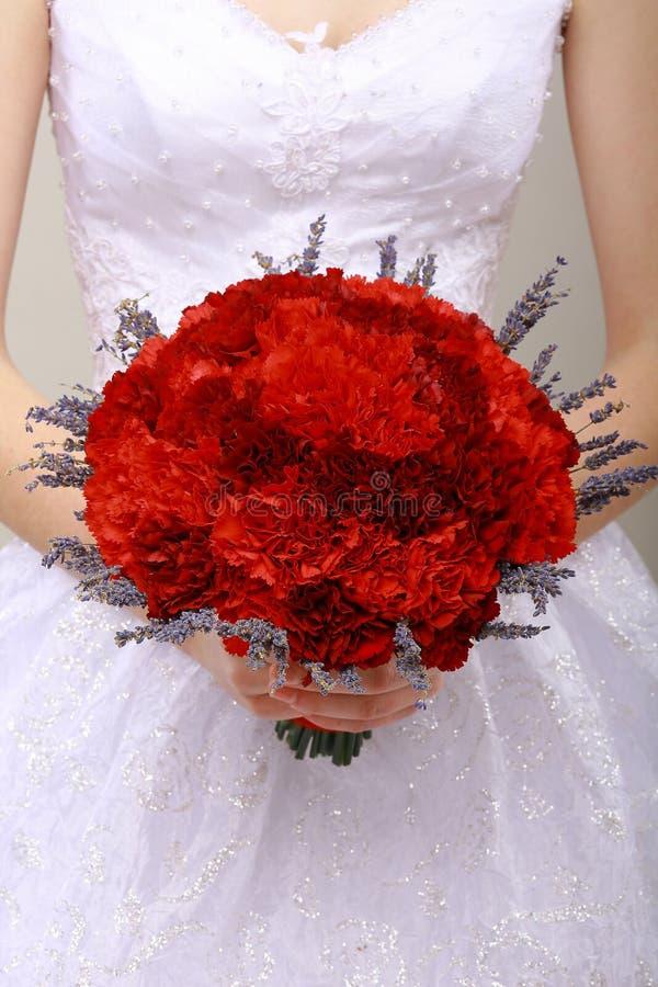 Пожертвование. Букет Compliment.Vernal красных цветков в руках женщины. Поздравление стоковое фото