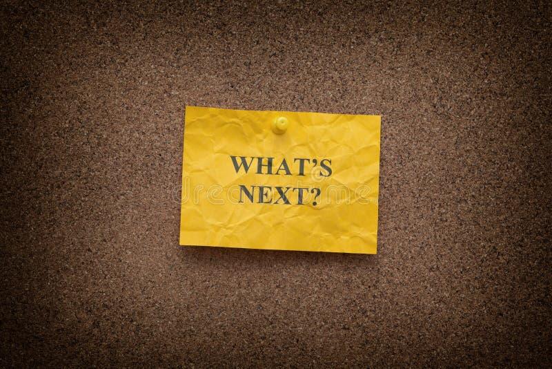 Пожелтейте скомканное бумажное примечание с вопросом What's затем? стоковая фотография