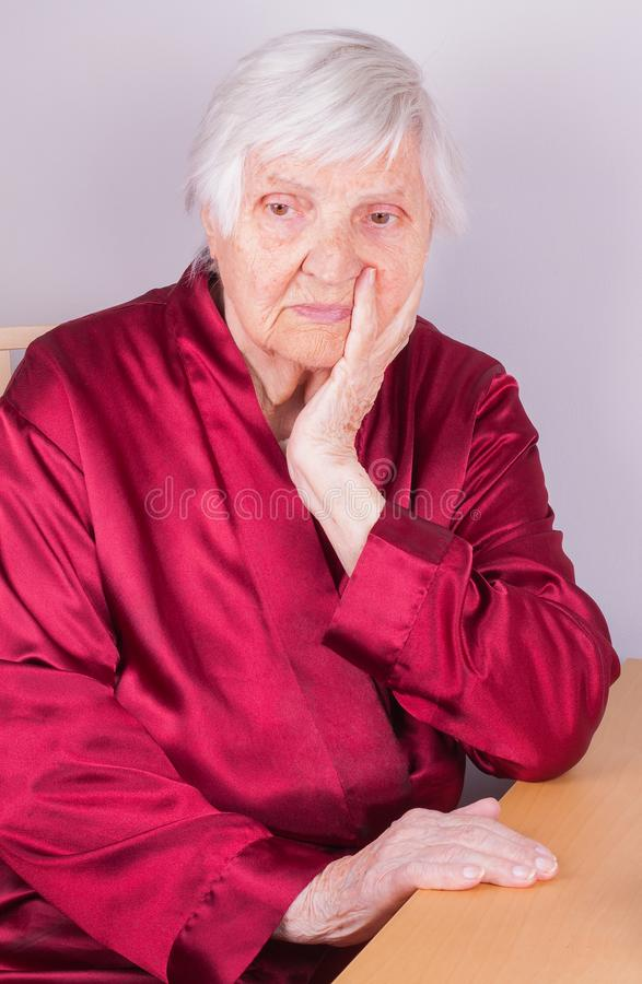 пожилая думая женщина стоковые изображения rf