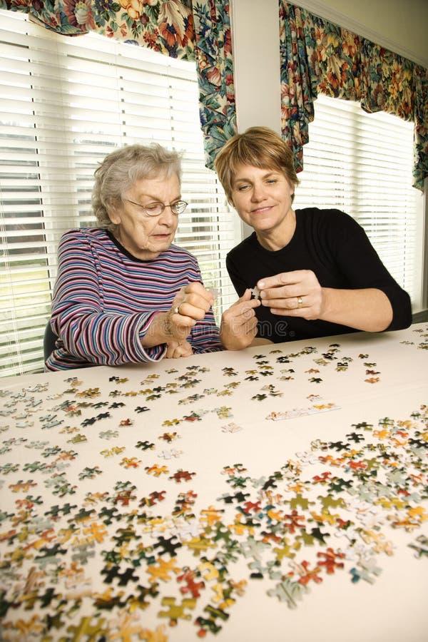 пожилая женщина более молодая стоковое фото
