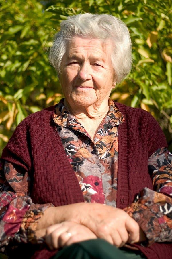 Download пожилая женщина портрета стоковое изображение. изображение насчитывающей волосы - 480757