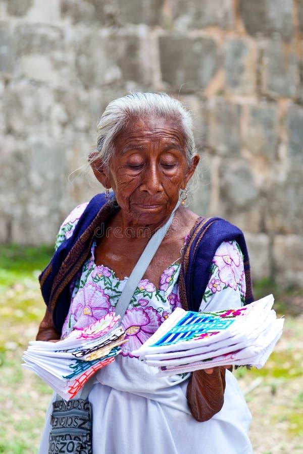 Пожилая женщина продавая традиционные майяские сувениры стоковые изображения rf