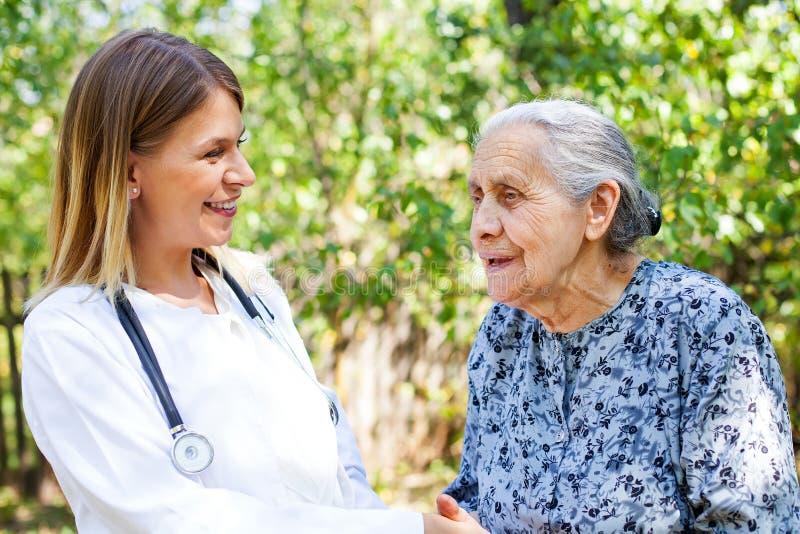 Пожилая женщина с добросердечное phyisician стоковые фотографии rf