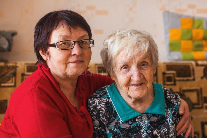 Пожилая женщина с ее взрослой дочерью Помощь стоковая фотография