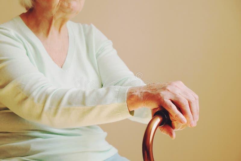 Пожилая женщина с идя ручкой дома стоковое фото rf