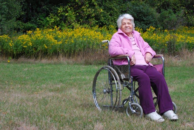 пожилая кресло-коляска повелительницы стоковая фотография
