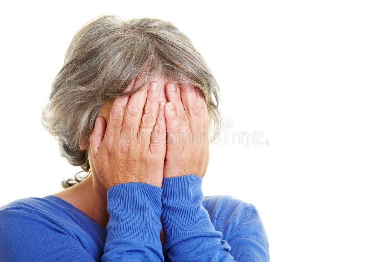 пожилая потревоженная женщина стоковые изображения rf