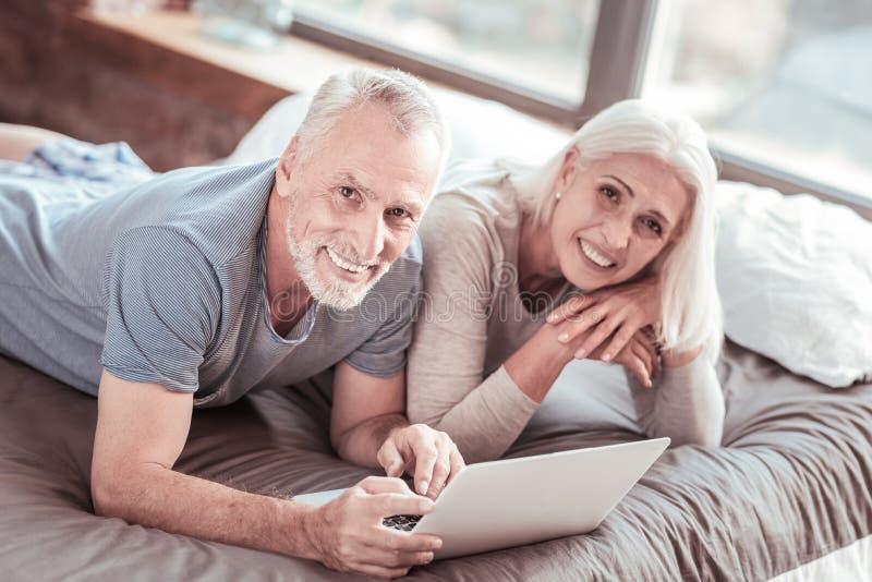 Пожилая семья смотря вас с улыбкой стоковые фото