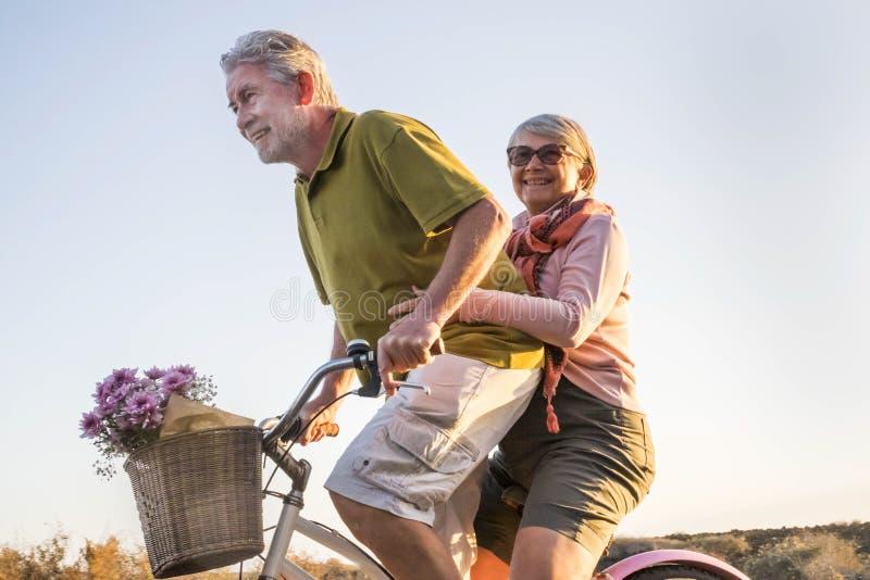 Пожилая старшая кавказская игра пар и насладиться досугом на открытом воздухе в каникулах образа жизни выбытые человек и женщина  стоковая фотография rf