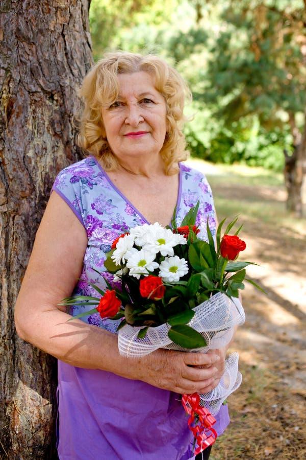 пожилая счастливая женщина стоковые изображения rf