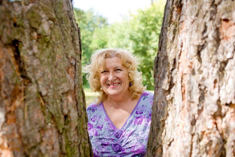 пожилая счастливая женщина стоковое фото