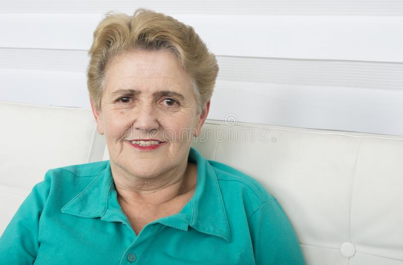 Пожилая улыбка дамы стоковое фото rf