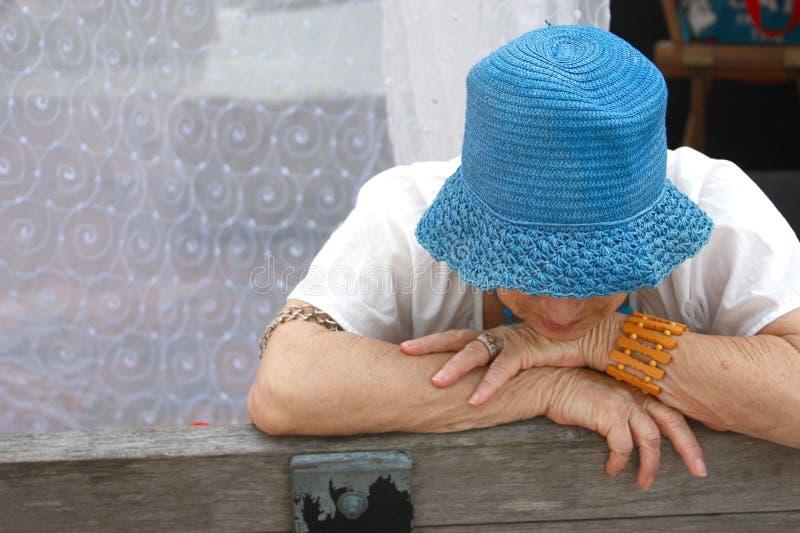 пожилая унылая женщина стоковое фото