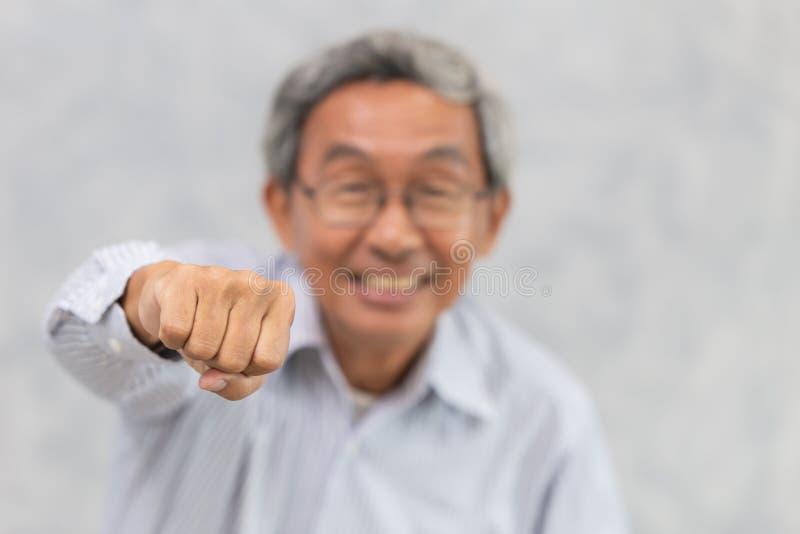 Пожилая усмехаясь здоровая в реальном маштабе времени сильного и положительного образа жизни хорошая стоковая фотография
