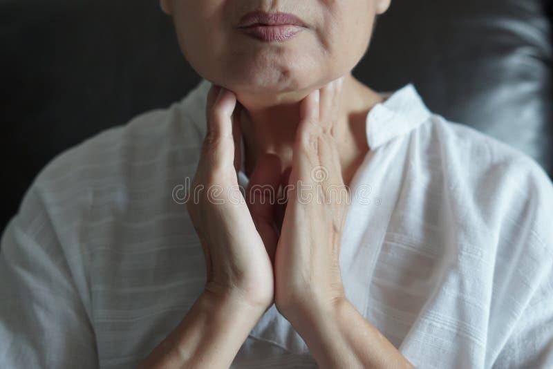 Пожилое женское управление тироидной железы стоковое фото rf