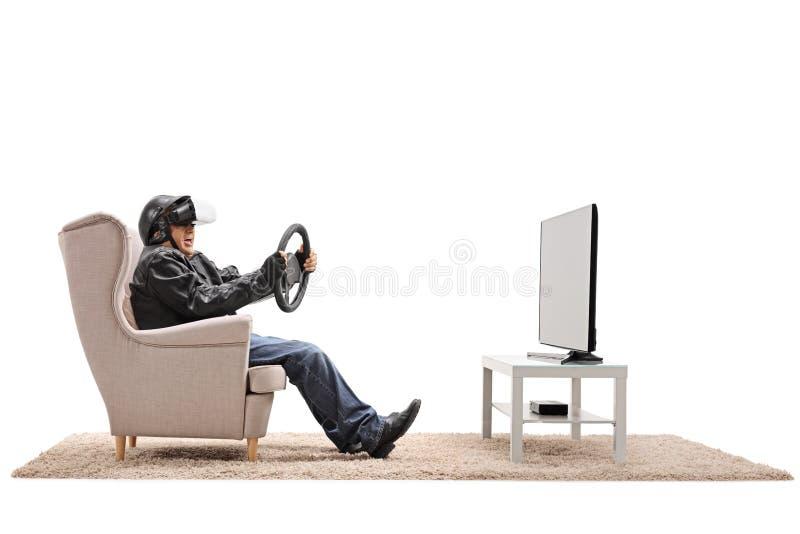 Пожилой велосипедист используя фронт шлемофона VR телевидения стоковые изображения rf