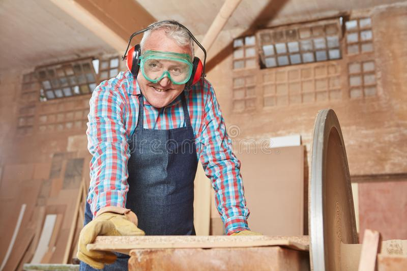 Пожилой гражданин как плотник стоковая фотография
