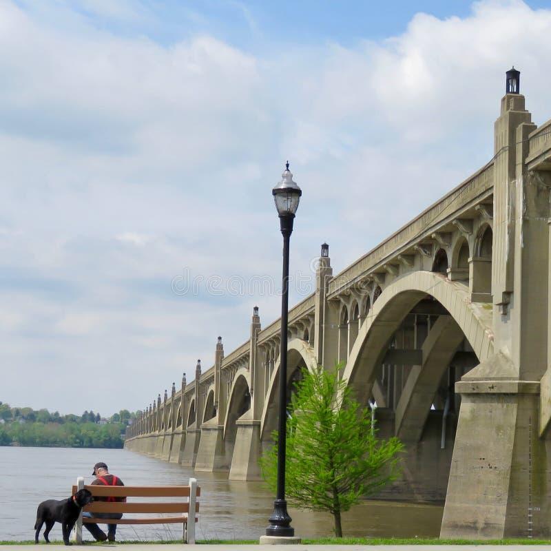 Пожилой гражданин на мосте ветеранов моста Колумбии-Wrightsville стиля Арт Деко мемориальном, Колумбия, PA стоковые изображения rf