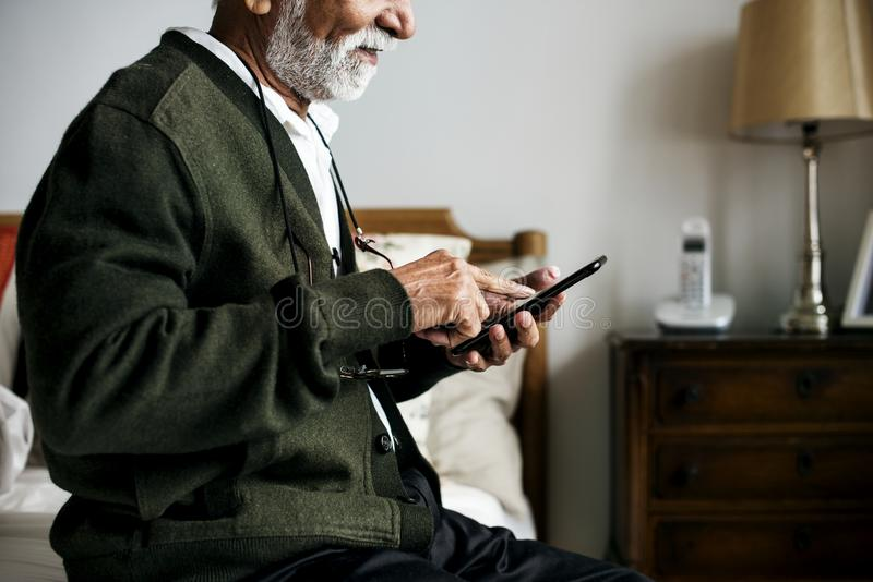 Пожилой индийский человек на доме выхода на пенсию стоковое изображение