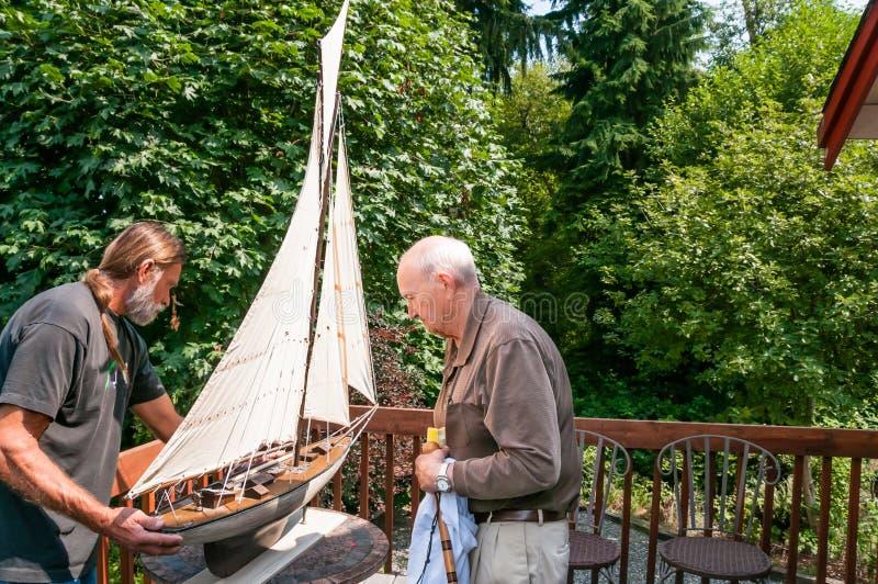 Пожилой отец и сынок работая совместно стоковые фотографии rf