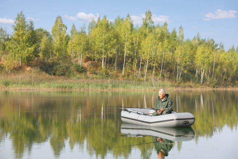 Пожилой рыболов удя от его шлюпки стоковые изображения rf