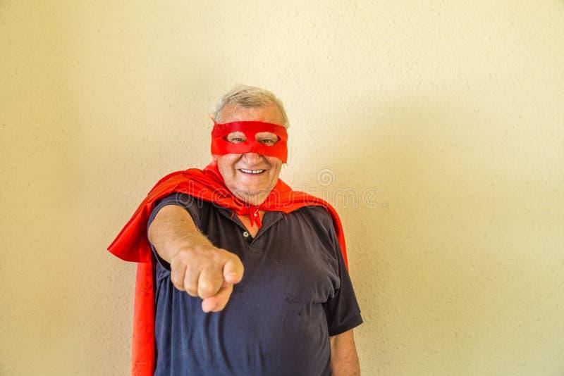 Пожилой указывать супергероя стоковое фото rf