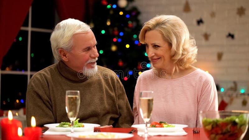 Пожилой человек и женщина имея дату на кануне Xmas, flirting и имея полезного время работы стоковые изображения rf