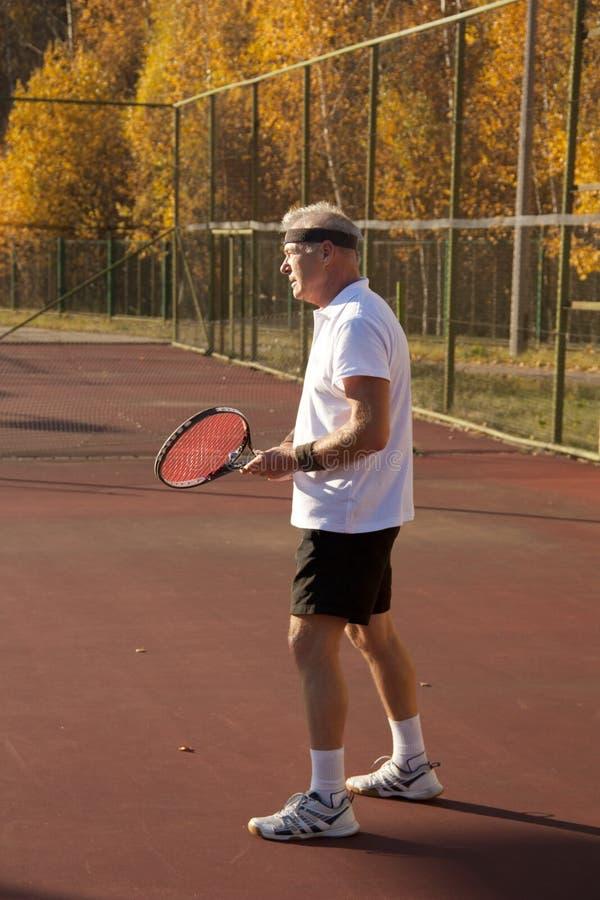 Пожилой человек над 60 теннисами игр стоковые фотографии rf