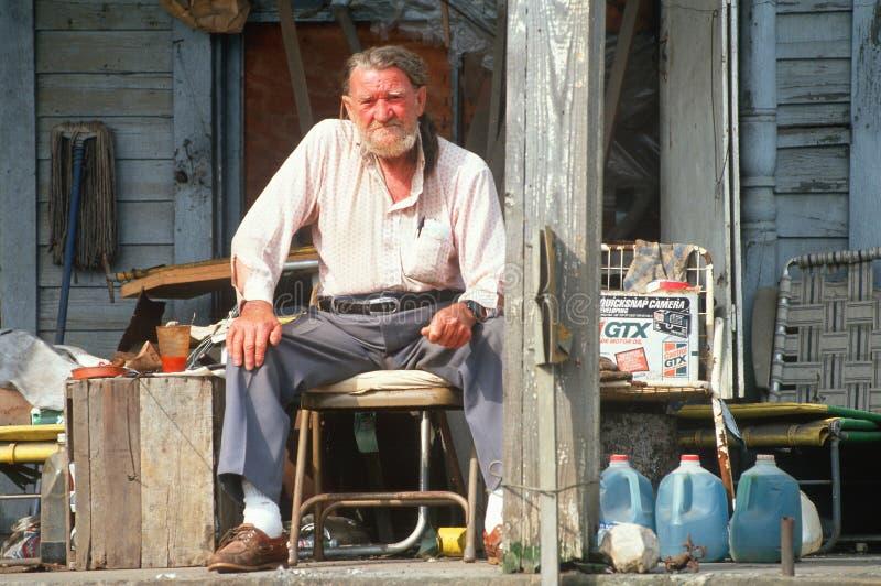 Пожилой человек на его парадном крыльце, стоковая фотография rf