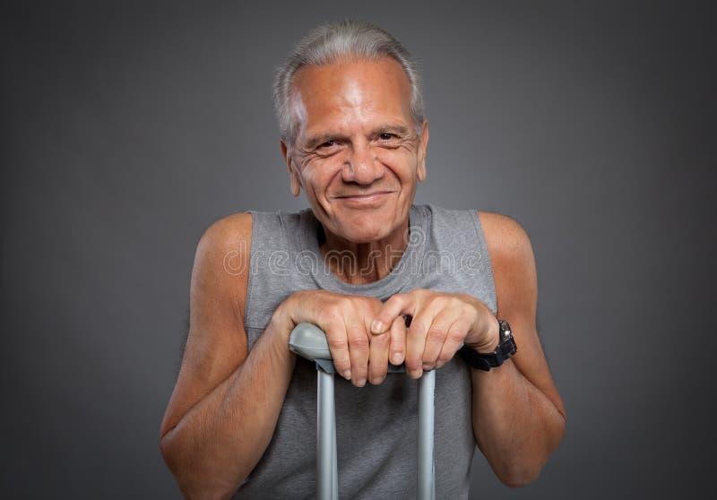 Пожилой человек с костылями стоковое фото rf