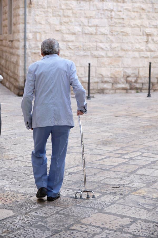 Пожилой человек с протезной тросточкой стоковые изображения rf