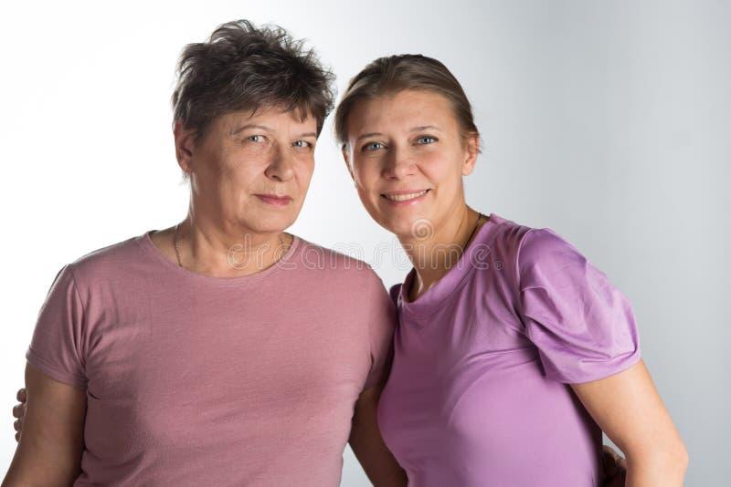 Пожилая женщина с взрослой дочерью стоковое фото