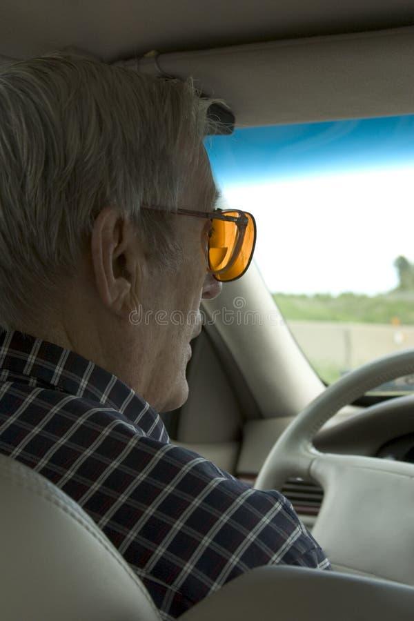 Download пожилые люди водителя стоковое изображение. изображение насчитывающей опасливо - 476543