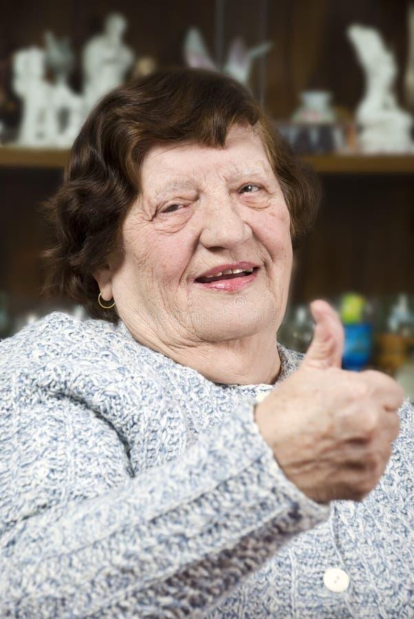 пожилые люди давая большие пальцы руки вверх стоковое фото rf