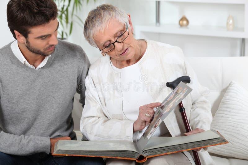 пожилые люди смотря фото персоны стоковые фотографии rf