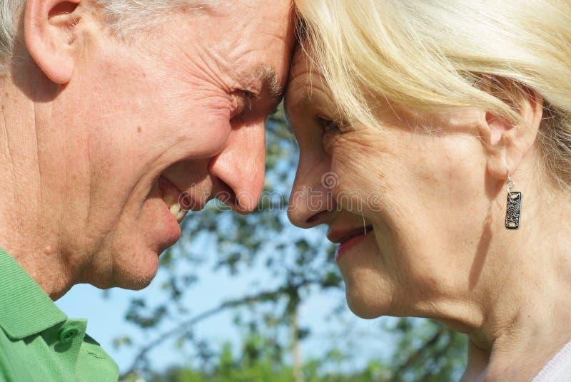 Пожилые пары в парке стоковые фотографии rf