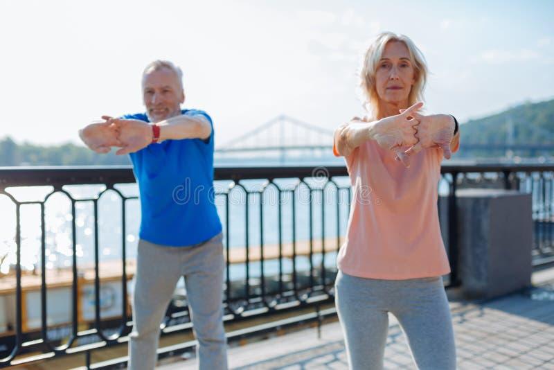 Пожилые пары нагревая перед jogging стоковые изображения