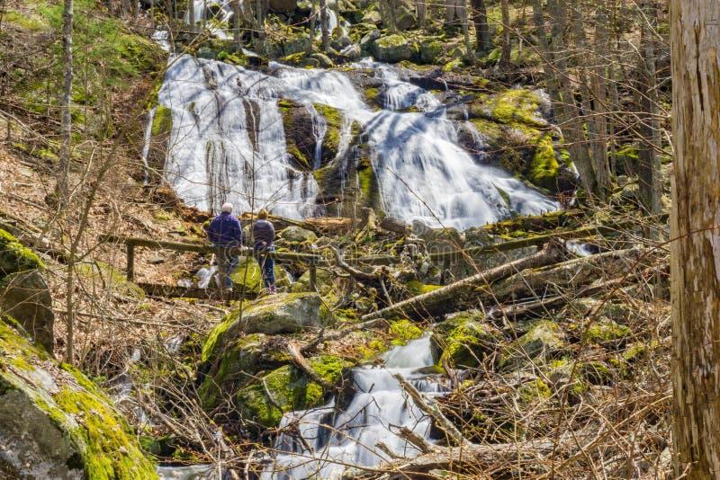 Пожилые пары на основании падений вигвама, Вирджинии, США стоковые фото