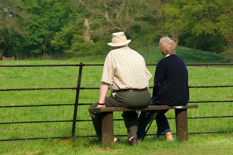 пожилые пенсионеры ослабляя стоковое изображение rf