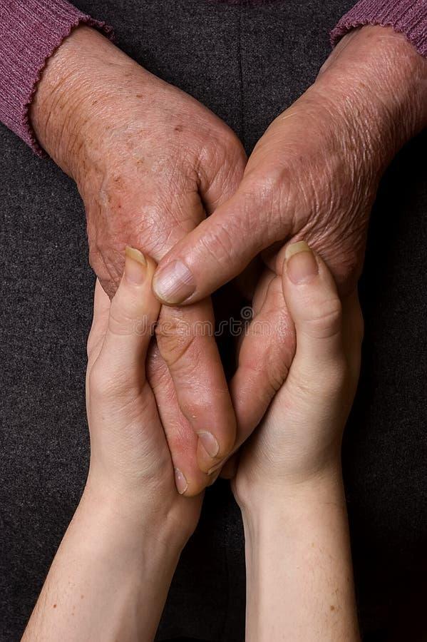 пожилые помогая люди стоковое фото
