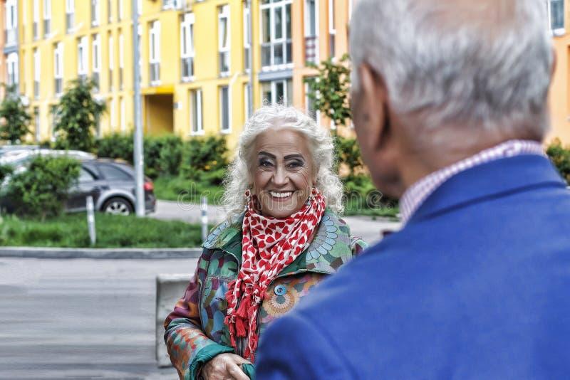 Пожилые современные пары, дата, влюбленность, знакомец, битники Влюбленность принципиальной схемы стоковое фото rf