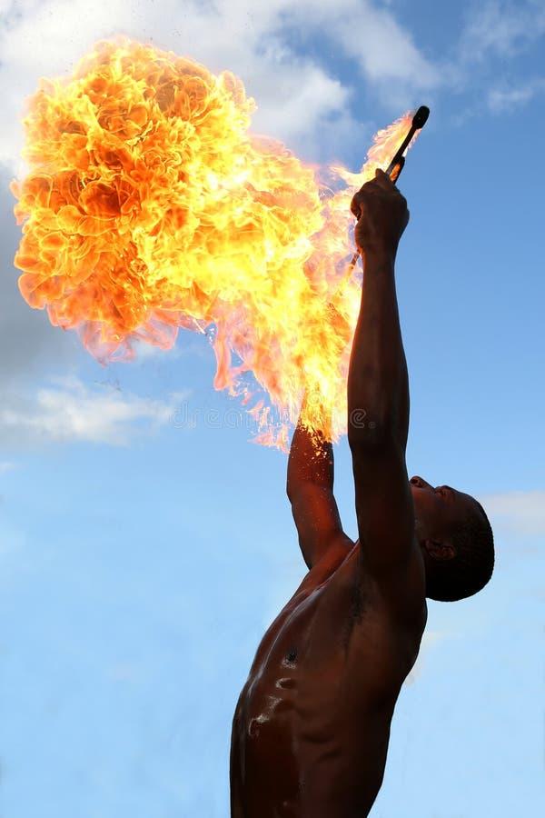 Пожиратель огня на цирке стоковое изображение rf