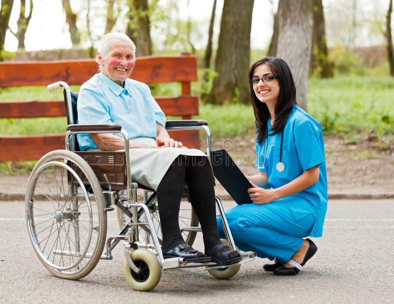 Пожилая дама в кресло-коляске стоковое изображение rf