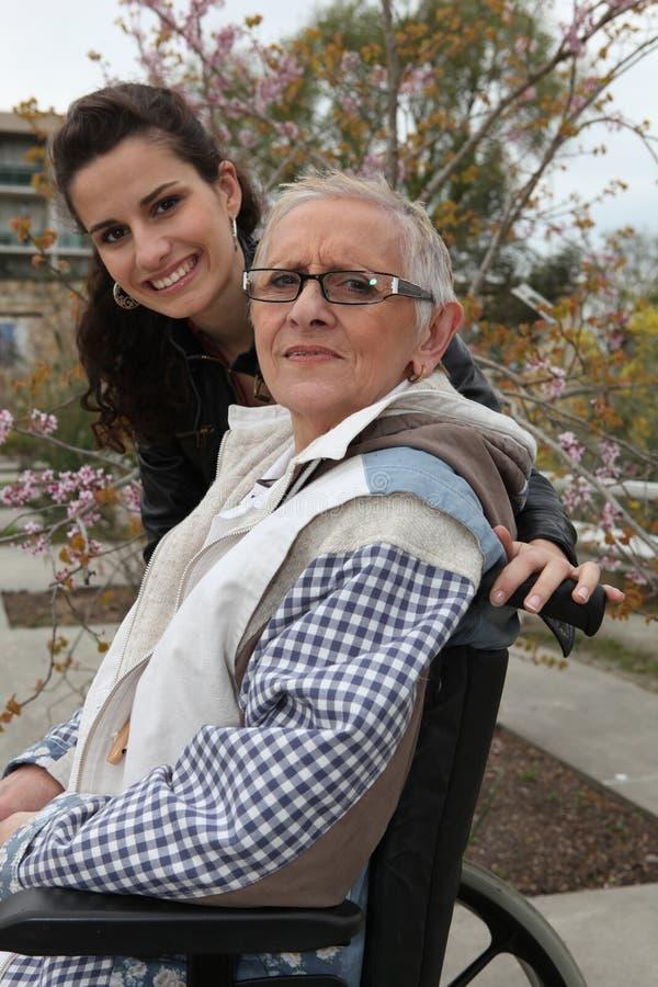 Пожилая дама в кресло-коляске стоковые фото