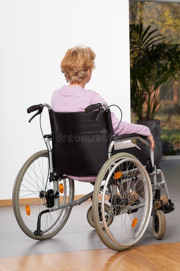 Пожилая дама на кресло-коляске стоковые фотографии rf
