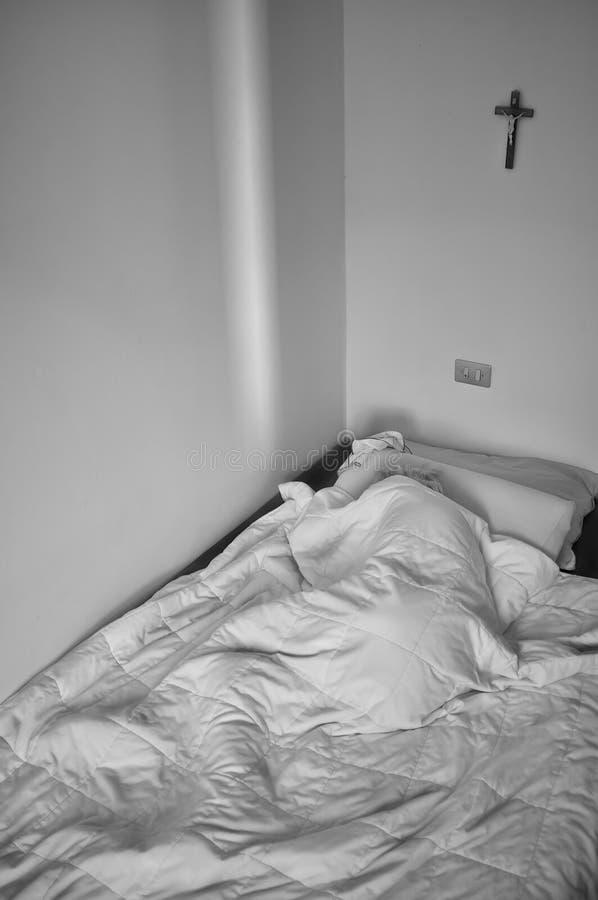 Пожилая дама спать на кровати стоковое изображение rf