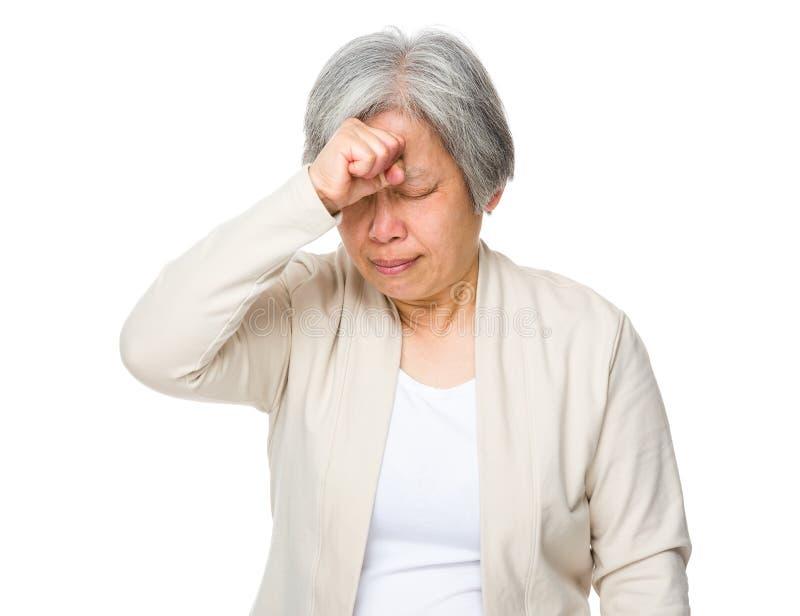 Пожилая головная боль чувства женщины стоковые изображения rf