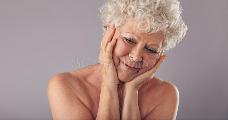 Пожилая женщина приносит назад памяти молодого времени стоковые фото